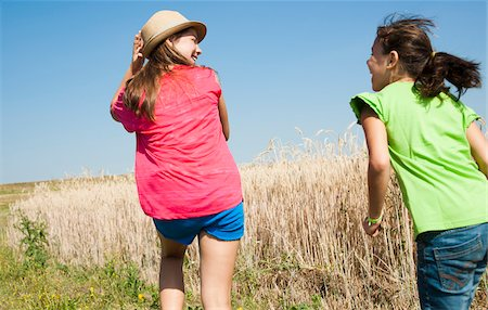Backview of Girls running in field, Germany Foto de stock - Sin royalties Premium, Código: 600-06899857