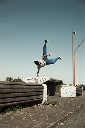 Teenaged boy doing handstand on barrier, freerunning, Germany Foto de stock - Sin royalties Premium, Código: 600-06900019