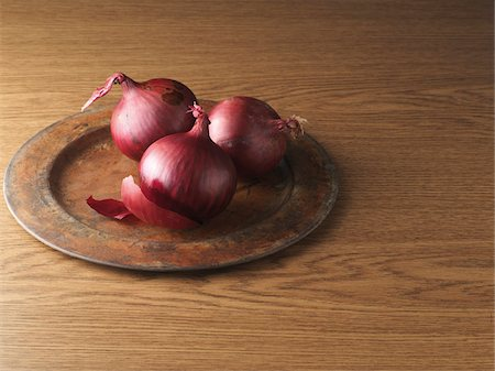 Red Onions on Metal Plate on Wooden Background, Studio Shot Stock Photo - Premium Royalty-Free, Code: 600-06967735