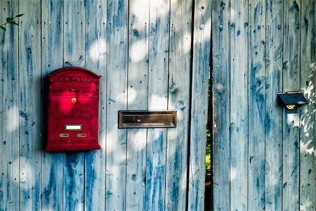 detail - Wooden door and gate with red letterbox, Germany Stock Photo - Premium Royalty-Free, Code: 600-08122190