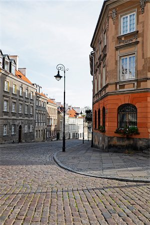 empty - Old buildings and lamp post on cobblestone street corner, Old Town, Warsaw, Poland. Photographie de stock - Premium Libres de Droits, Code: 600-08232143