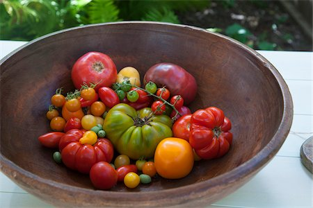 seasonal - Antique Wooden Bowl filled with Variety of Heirloom Tomatoes Stock Photo - Premium Royalty-Free, Code: 600-08512590