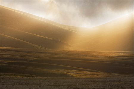 Misty sunlight over the fields at sunrise at Campo Imperatore in Abruzzo, Italy Stock Photo - Premium Royalty-Free, Code: 600-08765595