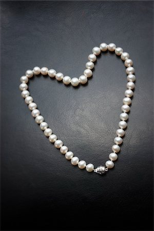 expensive jewelry - String of Pearls in Heart Shape Stock Photo - Premium Royalty-Free, Code: 600-01788550