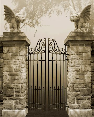 Gate With Winged Dog Statues Stock Photo - Premium Royalty-Free, Code: 600-02046390