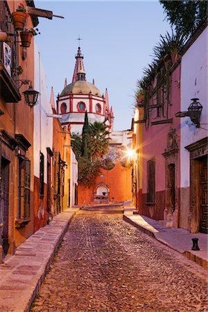 Street Scene, San Miguel de Allende, Guanajuato, Mexico Stock Photo - Premium Royalty-Free, Code: 600-02694294