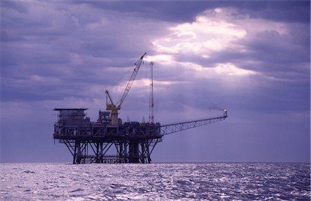 Oil & Gas Off-Shore Oil Platform Stock Photo - Premium Royalty-Free, Code: 600-02886601