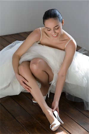 Bride Putting on Shoes Stock Photo - Premium Royalty-Free, Code: 600-03445544