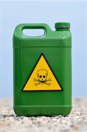 poison - Jerry Can with Skull and Crossbones Stock Photo - Premium Royalty-Free, Code: 600-03601388