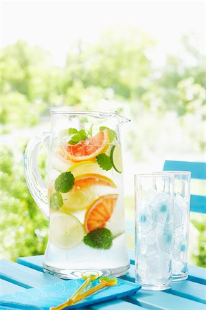 Pitcher of Lemonade on a Picnic Table Stock Photo - Premium Royalty-Free, Code: 600-03814645