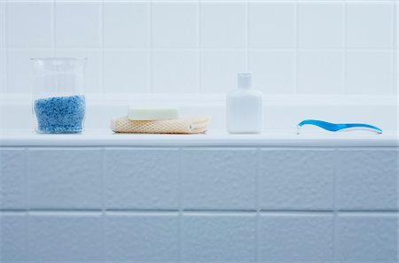 Bath Products on Edge of Bathtub Stock Photo - Premium Royalty-Free, Code: 600-03907234