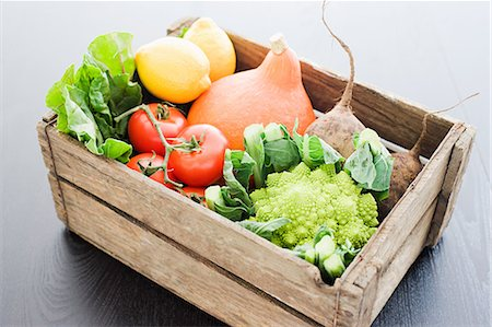 Wooden crate of fresh vegetables Stock Photo - Premium Royalty-Free, Code: 614-05557065