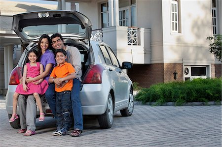 Family sitting at the back of a car Stock Photo - Premium Royalty-Free, Code: 614-05955305