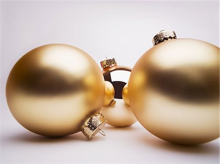 Gold Christmas decorations, studio shot Stock Photo - Premium Royalty-Free, Code: 614-06002240