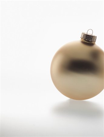 Single gold bauble Stock Photo - Premium Royalty-Free, Code: 614-06043697