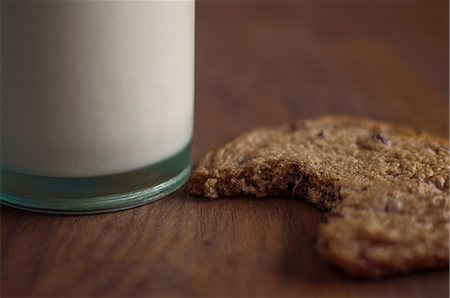 Chocolate chip cookie with milk Stock Photo - Premium Royalty-Free, Code: 614-06537664