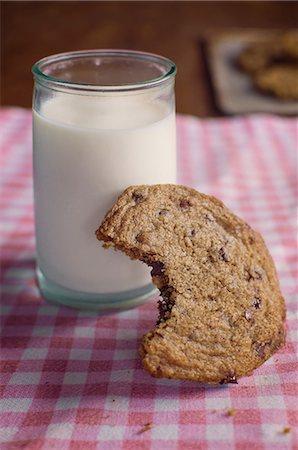 Chocolate chip cookie with milk Stock Photo - Premium Royalty-Free, Code: 614-06537662