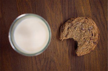 Chocolate chip cookie with milk Stock Photo - Premium Royalty-Free, Code: 614-06537663