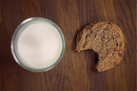 Chocolate chip cookie with milk Stock Photo - Premium Royalty-Free, Code: 614-06537663