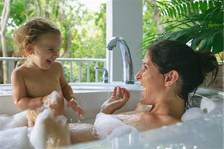 Pregnant mother and toddler in bath Stock Photo - Premium Royalty-Free, Code: 614-06624898