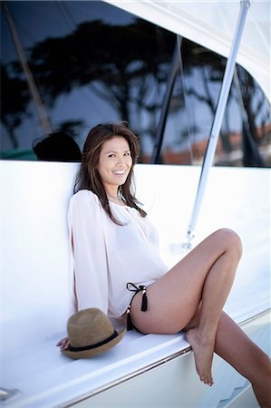 sexy - Smiling woman sitting on boat Photographie de stock - Premium Libres de Droits, Code: 614-06625406