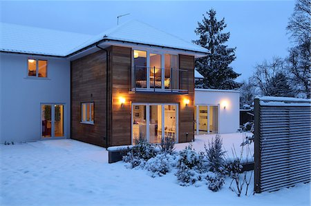 Illuminated family home in snow Stock Photo - Premium Royalty-Free, Code: 614-06813433