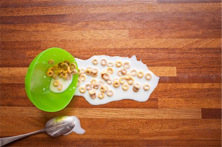 spill - Bowl of cereal spilled on floor Stock Photo - Premium Royalty-Free, Code: 614-06813501