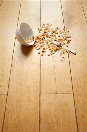 spill - Bowl of cereal spilled on floor Stock Photo - Premium Royalty-Free, Code: 614-06813502