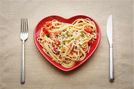 red - Heart shaped plate with pasta Stock Photo - Premium Royalty-Free, Code: 614-06813513