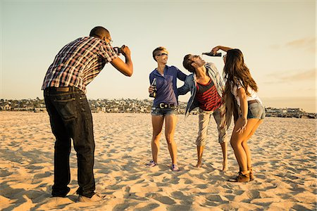 Man photogrpahing friends on Mission Beach, San Diego, California, USA Stock Photo - Premium Royalty-Free, Code: 614-07194852