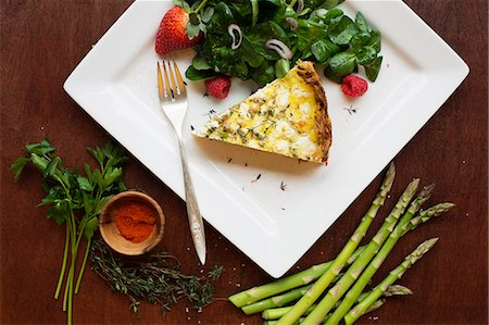 paprika - Quiche with spinach and strawberry salad Stock Photo - Premium Royalty-Free, Code: 614-07652509
