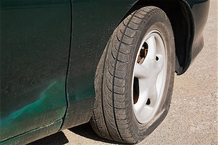 Car with flat tire Stock Photo - Premium Royalty-Free, Code: 614-03420283