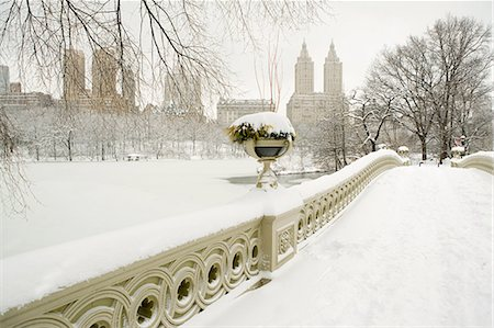 Bow bridge and central park in the snow Stock Photo - Premium Royalty-Free, Code: 614-03507070