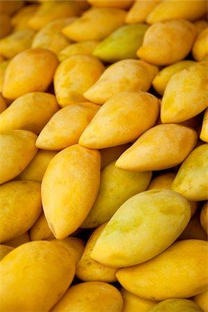 ripe yellow mangoes at a farmers market Stock Photo - Premium Royalty-Free, Code: 618-05799791