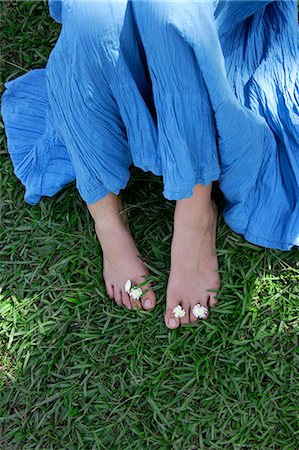 Feet of teen girl with flowers between toes Stock Photo - Premium Royalty-Free, Code: 618-06318465