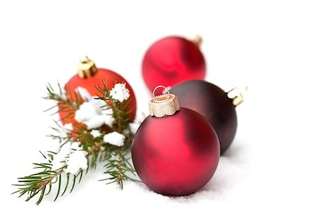 red christmas baubles on snow Stock Photo - Premium Royalty-Free, Code: 618-06504322