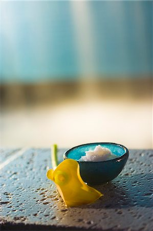 Bath salts with yellow cala flower by pool's edge Stock Photo - Premium Royalty-Free, Code: 618-06539044