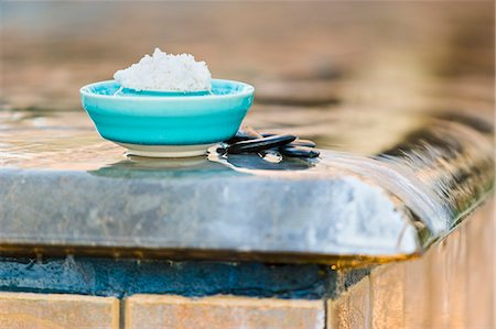 Bath salts in blue bowl by pool's edge in spa Stock Photo - Premium Royalty-Free, Code: 618-06539049