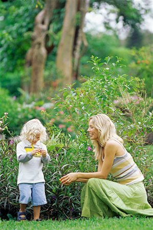 Side profile of a mother with her daughter in a park Stock Photo - Premium Royalty-Free, Code: 618-00830526