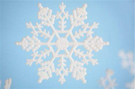 snowflakes  holiday - white snowflake on blue background Stock Photo - Premium Royalty-Free, Code: 618-03609246