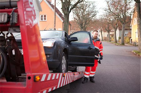 Man preparing car to get towed Stock Photo - Premium Royalty-Free, Code: 6102-06336577
