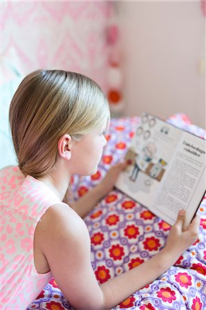 Girl reading in her room Stock Photo - Premium Royalty-Free, Code: 6102-07789598