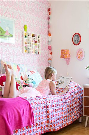 Girl reading in her room Stock Photo - Premium Royalty-Free, Code: 6102-07789602