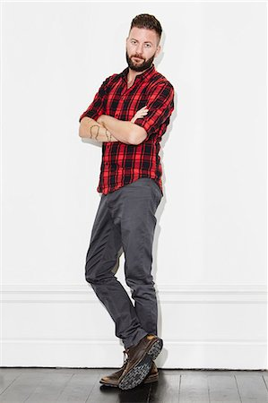 Young man wearing checked shirt, studio shot Foto de stock - Sin royalties Premium, Código: 6102-08168722