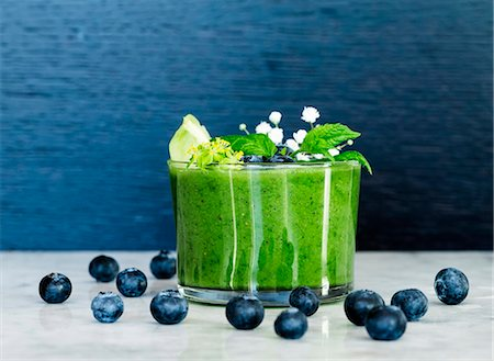 Blueberries and green smoothie Foto de stock - Royalty Free Premium, Número: 6102-08566643