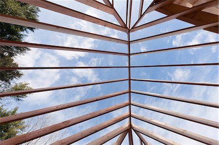 estructura - Low angle view of hip roof rafters viewed toward sky Foto de stock - Sin royalties Premium, Código: 6105-06043052