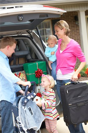 Family of 4 packing the car for vacation. Stock Photo - Premium Royalty-Free, Code: 6106-05442473