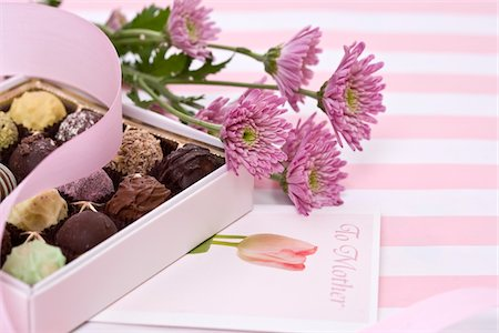 Gifts of flowers and candy for Mother's Day. Stock Photo - Premium Royalty-Free, Code: 6106-05488427