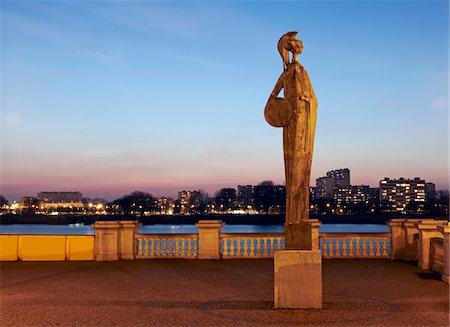 Statue of Minerva next to river Stock Photo - Premium Royalty-Free, Code: 6106-05421121