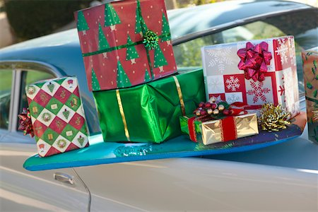 Pile of Wrapped Christmas Presents Balancing on the Back of a Classic Car Stock Photo - Premium Royalty-Free, Code: 6106-05592177